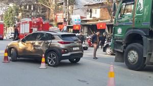 Tuyên Quang: 4 ô tô đâm liên hoàn, cạy cửa cứu tài xế xe tải