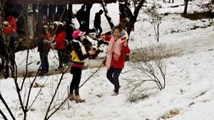 Du khách thích thú với băng tuyết ở vùng cao