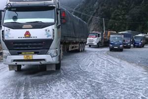 [ẢNH] Mặt đường đóng băng, tiềm ẩn nguy cơ tai nạn khi có băng tuyết