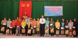 BẢN TIN MẶT TRẬN: Phó Chủ tịch Phùng Khánh Tài thăm, tặng quà hộ nghèo, gia đình chính sách tại Bình Định