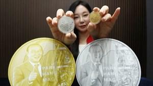 Hàn Quốc phát hành kỷ niệm chương in hình HLV Park Hang-seo