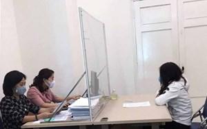 Giữa mùa dịch, đăng tin sai về 'tay vịn', 3 mẹ bỉm sữa ở Hà Nội bị phạt