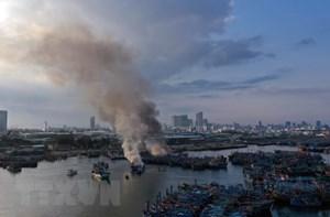 Đà Nẵng: Ba tàu cá neo đậu tại âu thuyền Thọ Quang bốc cháy