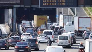 Dân ồ ạt rời thành phố 'né' phong tỏa, Paris tắc đường 400 km