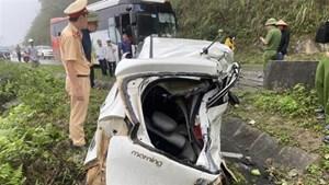 Xe khách tông xe ô tô con biến dạng, hai người tử vong tại chỗ