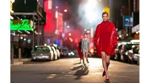 Sợ Covid, dàn siêu mẫu diễn thời trang... ngoài đường