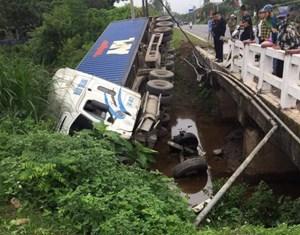 Quảng Ninh: Xe container mất lái rơi xuống mương nước