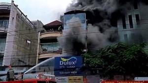 Cửa hàng sơn cháy dữ dội, thiêu rụi nhiều tài sản