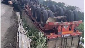 Xe container mất lái, lật ngửa trong hành lang đường sắt Bắc-Nam