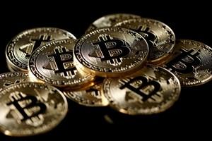 Bitcoin mất gần 50% giá trị so với mức đỉnh trong năm nay
