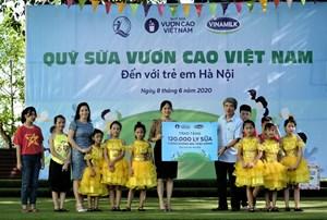 Quỹ sữa Vươn cao Việt Nam vàVinamilktrao tặng 1.200 ly sữa cho trẻ em Hà Nội