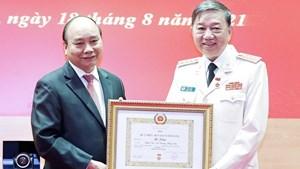 Chủ tịch nước trao Huy hiệu 30, 40 năm tuổi Đảng cho lãnh đạo Công an
