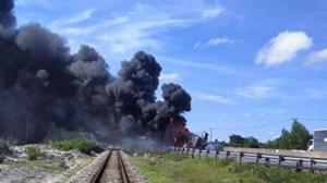 Xe tải lao vào dải phân cách, lật nhào rồi bốc cháy dữ dội