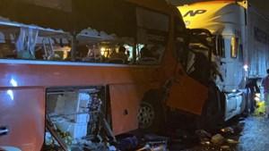 Xe đầu kéo va chạm với xe khách, 2 người tử vong, 17 người bị thương