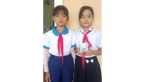 Hai bé lớp 5 ở Quảng Trị trả 5 triệu đồng tìm thấy trong đồ cứu trợ