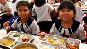 Bữa ăn học đường: Giám sát khó thế sao?