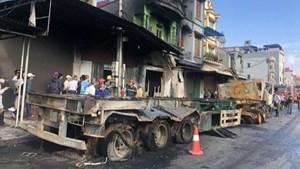 Hải Dương: 2 xe container đâm nhau, một người chết, cháy 3 nhà dân