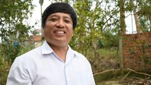 Quảng Ngãi: Thầy giáo gom góp yêu thương giúp người nghèo lợp mái nhà sau bão