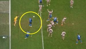 [VIDEO] Hậu vệ MU ngã nhào khi truy cản cầu thủ Man City