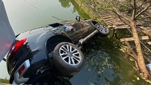 Ô tô lao xuống hồ ở Hà Nội, 4 người thoát chết