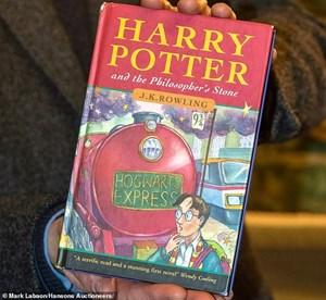 Cuốn Harry Potter bị lãng quên trong nhà kho bất ngờ có giá hơn 1,5 tỷ đồng