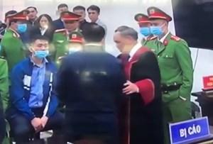 Chủ tọa phiên tòa nói về việc bắt tay bị cáo Nguyễn Đức Chung sau tuyên án