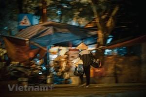 [ẢNH] Hà Nội: Người lao động co ro mưu sinh xuyên đêm trong giá rét