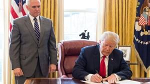 Đồng minh của ông Trump hối hả xin ân xá
