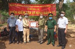 Đoàn đại biểu Quốc hội tỉnh Gia Lai tặng quà các chốt kiểm soát phòng, chống dịch