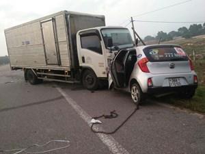 Bị xe tải đâm trực diện, tài xế và hành khách xe taxi chết tại chỗ