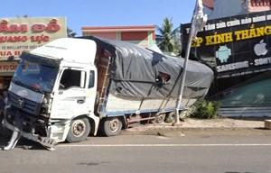 Xe tải mất phanh, đâm sập nhà dân ven đường
