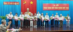 An Giang: Trao Huy hiệu Đảng tặng 205 đảng viên cao tuổi Đảng