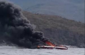 Nha Trang: Cháy ca nô trên vịnh, 2 người bị bỏng