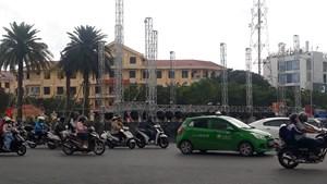 Thừa Thiên - Huế: Sân khấu chào năm mới dựng giữa giao lộ bị đình chỉ thi công