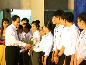 Chủ tịch Trần Thanh Mẫn trao học bổng cho sinh viên Đại học Cần Thơ