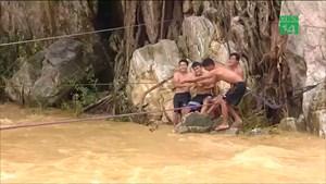 [VIDEO] Vượt lũ tìm kiếm nạn nhân mất tích ở Thanh Hóa