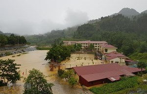 Lào Cai: Mưa lớn gây sạt lở, tắc đường và ngập úng trường