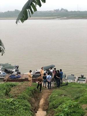 Phát hiện bắt giữ 2 tàu khai thác cát trộm trên sông Hồng