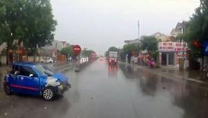 [VIDEO] Xe con văng như quả bóng giữa hai xe tải vì đường trơn trượt, hạn chế tầm nhìn