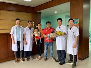 Cứu sống bé gái 1 tuổi người Lào với khối nang phổi khổng lồ
