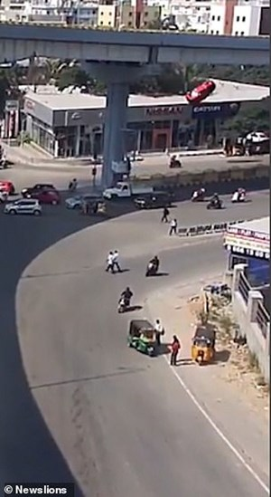 [VIDEO] Kinh hoàng khoảnh khắc xe văng khỏi cầu vượt đâm chết người đi bộ