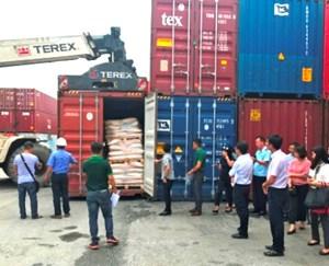 Chuyển hàng trăm container phế liệu ra khỏi Việt Nam