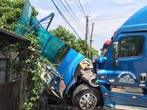 Xe khách đấu đầu xe container, người phụ nữ ngồi chờ xe buýt tử vong