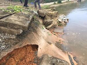 Hà Tĩnh: Hàng trăm mét đê chắn sóng sạt lở nghiêm trọng