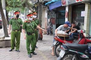 Hà Nội: Hàng quán nghiêm túc đóng cửa, người dân được nhắc đeo khẩu trang