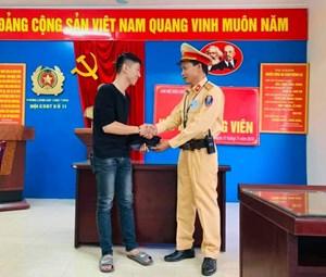 CSGT Hà Nội trả lại tài sản cho người đánh rơi