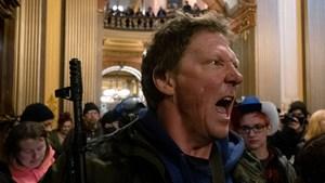 [VIDEO] Mỹ: Người biểu tình mang súng xông vào nghị viện bang đòi dỡ phong tỏa