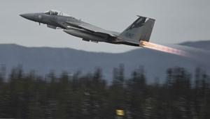 Máy bay chiến đấu 'đại bàng' của Mỹ suýt đâm phải người nhảy dù