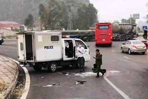 Ninh Bình: Nổ lốp ô tô chở phạm nhân khiến 3 chiến sĩ Công an thương vong