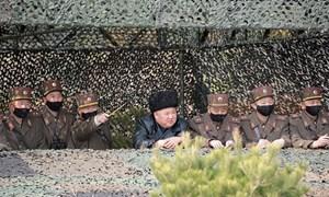 Ông Kim Jong-un không đeo khẩu trang khi thị sát tập trận